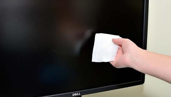 Làm sạch màn hình bằng khăn mềm