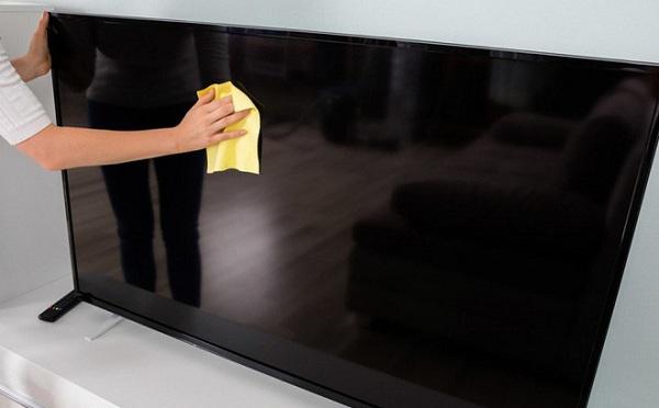 Vệ sinh lau màn hình Tivi giúp tivi được đẹp, sạch sẽ